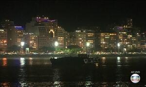 Brasileiros e turistas esperam a virada do ano em festas pelo país