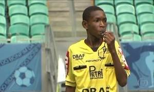 Jovens dão os primeiros passos no futebol, mas querem um futuro sem bola