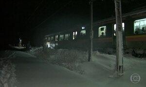 Mais de 400 passageiros passam mais de 15 horas presos em trem no Japão