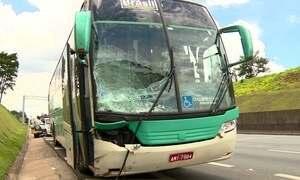 Ônibus invade acostamento e mata ciclista na Rodovia Anhanguera