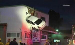 Na Califórnia, carro bate em canteiro e para no segundo andar de uma casa