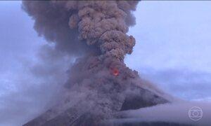 Vulcão Mayón entra em erupção várias vezes nesta quinta (25) nas Filipinas