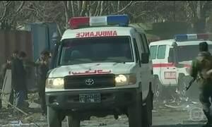 Explosão de carro-bomba mata 95 pessoas no Afeganistão