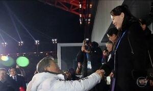 Irmã de Kim Jong-Un cumprimenta presidente da Coreia do Sul nos Jogos Olímpicos de Inverno