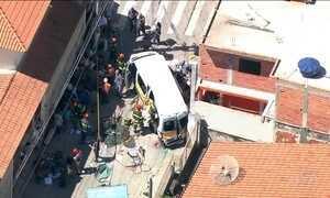 Acidente com van escolar deixa 13 crianças feridas, em Carapicuiba, SP