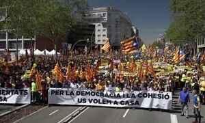 Na Espanha, manifestação apoia líderes do movimento separatista da Catalunha