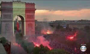 Franceses comemoram bicampeonato mundial em pontos turísticos de Paris