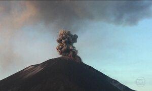 Erupção de vulcão na Indonésia produz coluna de cinzas de 1,5 km de altura