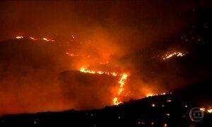 Bombeiros tentam controlar incêndios florestais na Califórnia