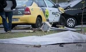Carro da PM atropela pedestres em Curitiba