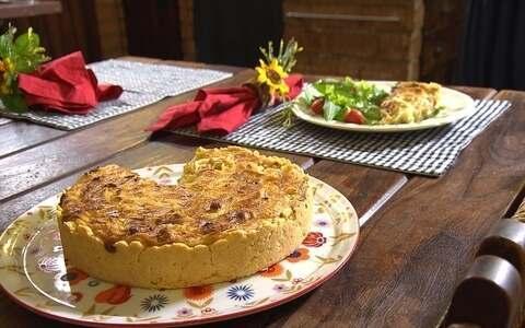Aprenda a preparar uma quiche de cebola e bacon ()