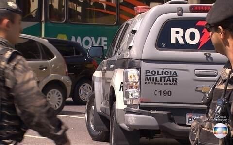 Carro da PM capota em acidente no Centro de BH