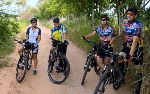 Casais se reúnem para praticar esporte em Álvares Machado