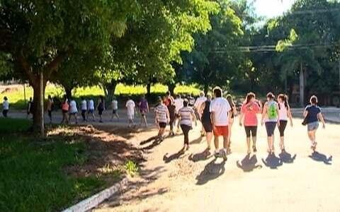 Em Santo Anastácio, grupo de 30 pessoas se reúne para caminhar