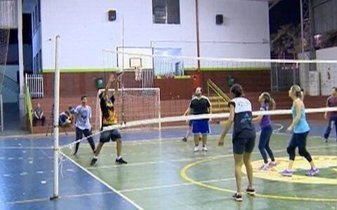 Famílias se unem para jogar vôlei em Prudente
