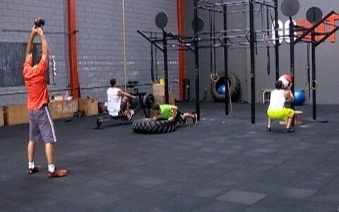 Educadores físicos usam a força para praticar exercícios