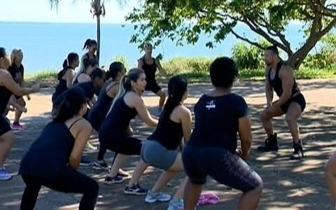 Grupo se reúne para praticar esporte às margens do Rio Paraná