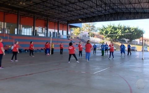 Grupo de amigos se reúne para praticar vôlei adaptado em Presidente Prudente