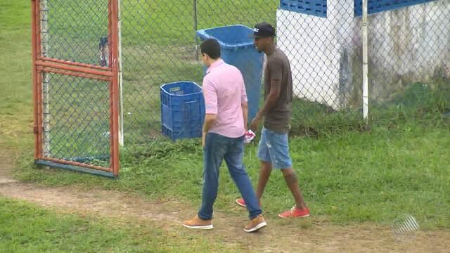 De férias no Brasil, Anderson  Talisca visita treino do Bahia