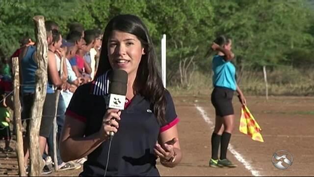 Mulher faz sucesso como 'bandeirinha'  de futebol no Sertão de Pernambuco