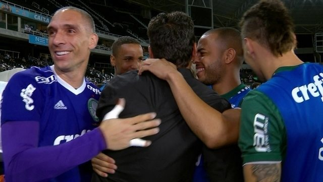 Jogadores do Palmeiras cumprimentam Alberto Valentim antes da partida contra o Botafogo
