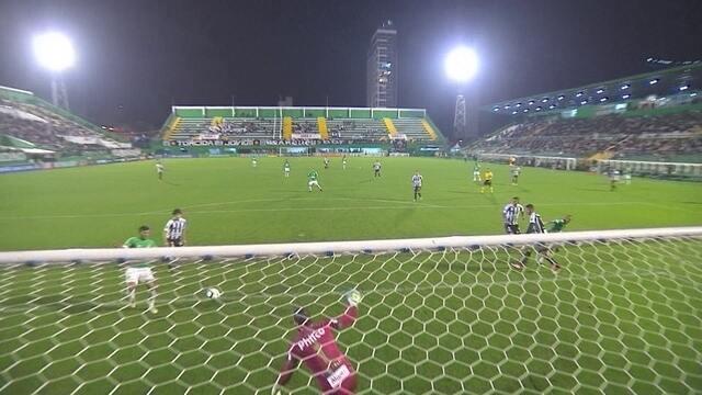 Bruno Silva recebe na área sozinho, mas chuta por cima do gol, aos 30' do 2T