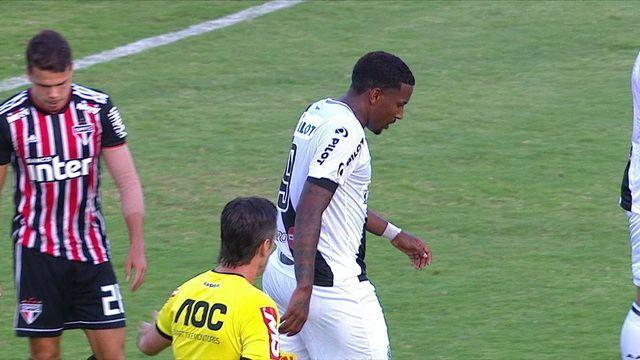 Tiago Volpi defende chute de Gerson Magrão e, no rebote, Thalles perde ótima chance, aos 31 do 1º