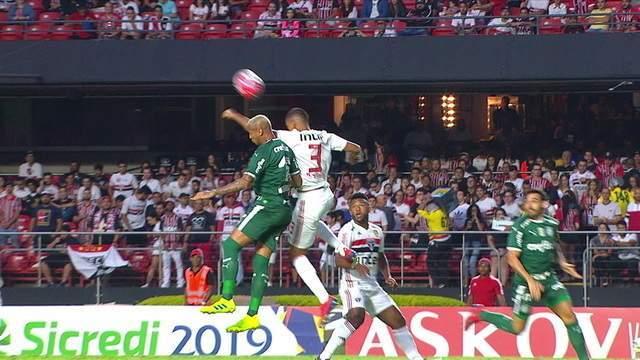 Bruno Alves e Deyverson disputam bola no alto e o jogador do Palmeiras fica caído, em 1 do 1º