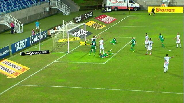 Todinho estufa as redes, mas o árbitro marca falta e anula o gol, aos 18' do 2ºT