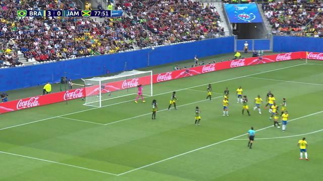 Após escanteio, zaga da Jamaica tira e bola sobra para Thaísa, que manda por cima do gol, aos 33' do 2º tempo