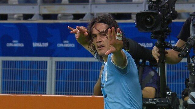 Gol do Uruguai! Lodeiro e Godín tocam de cabeça, e Cavani emenda de voleio aos 32 do 1º tempo