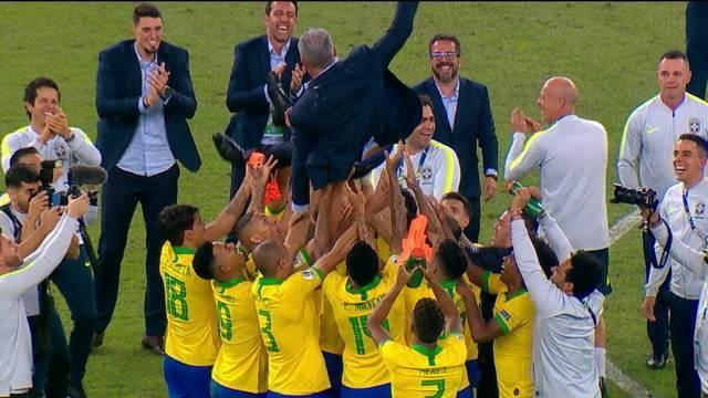 Tite é jogado para o alto pelos jogadores brasileiros