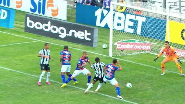 Pênalti para o Atlético-MG! Elias cai na área e pede pênalti, árbitra vê lance no VAR e marca, aos 12 do 1º tempo