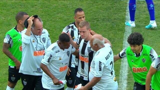 Adilson se despede do futebol como pontapé inicial da partida entre Atlético-MG e Fortaleza