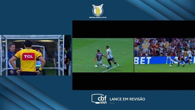 VAR! Árbitro analisa imagem de outro toque de mão na área do Fluminense e manda seguir o jogo, aos 12 do 2º