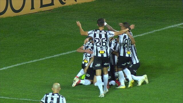 Gol do Atlético-MG! Diogo Silva faz ótima defesa, mas Luan consegue balançar a rede e virar a partida, aos 34' do 2º tempo