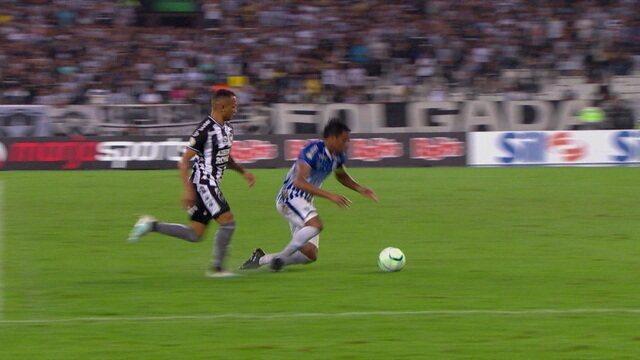 Betão cai na área com a mão na bola e jogadores do Botafogo reclamam, aos 27' do 2º Tempo