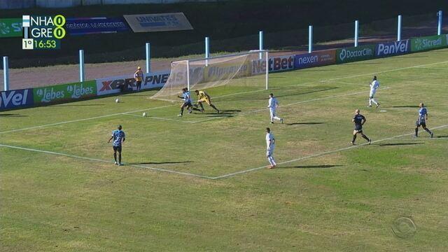Lucas Silva lança para Luciano dentro da área que para no goleiro, aos 17 do 1'T