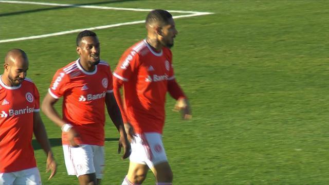 Gol do Inter! Zaga do Aimoré falha e a bola sobra para Guerrero ampliar, em 15 do 2'T