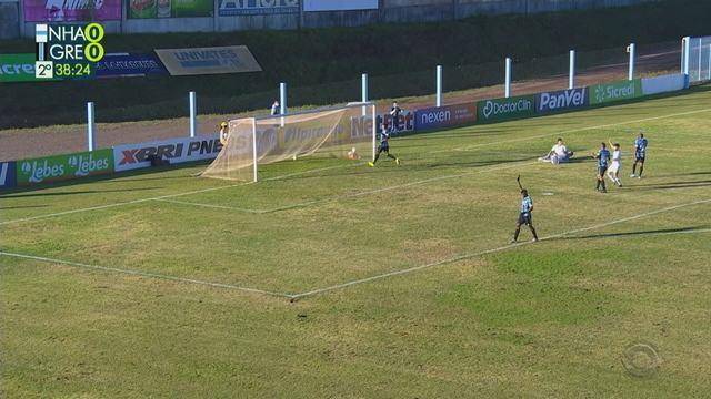 Kayron recebe nas costas da defesa do Grêmio e marca, mas impedido, aos 39 do 2'T