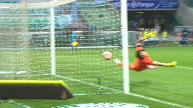 GOL DO PALMEIRAS! Luiz Adriano na área, que sobe mais que Avelar para cabecear no cantinho de Cássio. 3' do 2T.
