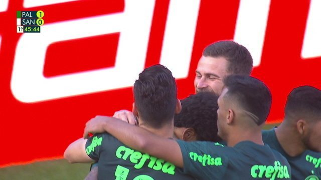 Gol do Palmeiras! Luiz Adriano bate forte no canto direito e abre o placar, aos 45' do 1º T
