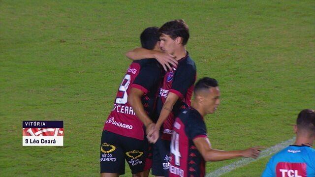 Gol do Vitória! Léo Ceará aproveita sobra após corte da zaga e abre o marcador, aos 7 do 1º tempo