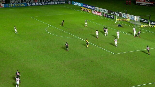Cano chuta, Hugo deixa a bola escapar, e a defesa do Flamengo afasta, aos 38 do 2ºT