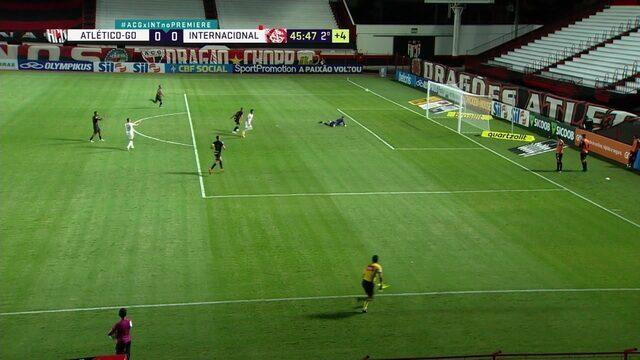Gilvan joga errado e Leandro Fernández aproveita para soltar uma bomba na entrada da área. Jean salva o Inter, aos 45' do 2° tempo