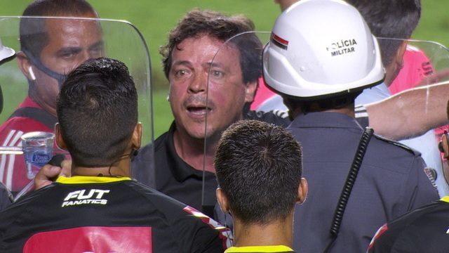 Expulso, Fernando Diniz deixa o campo muito irritado com tempo de acréscimos dado pelo árbitro