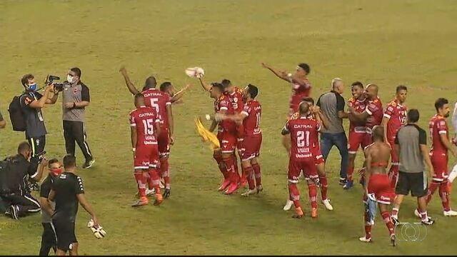 Veja os gols da vitória do Vila Nova e a festa dos jogadores no gramado