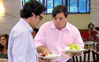 Cilada na churrascaria - O que poderia ser um simples almoço em uma churrascaria pode esconder armadilhas como garçons e amigos inconvenientes, além de muita, muita comida. Bruno Mazzeo mostra o cardápio de roubadas.
