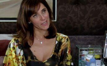 Melissa desconfia de Ramiro - Ela ganha joias e flores de Ramiro e desconfia da atitude do marido