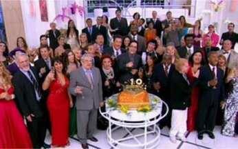 Humoristas encerram a noite cantando - Para completar o time de artistas na comemoração do 'Zorra Total', Lucio Mauro Filho, encarregado de trazer o bolo de aniversário do programa, faz uma homenagem especial ao ator Jorge Dória.
